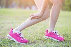 התכווצויות שרירים ברגליים במשך הלילה? כך תמנעו אותן!